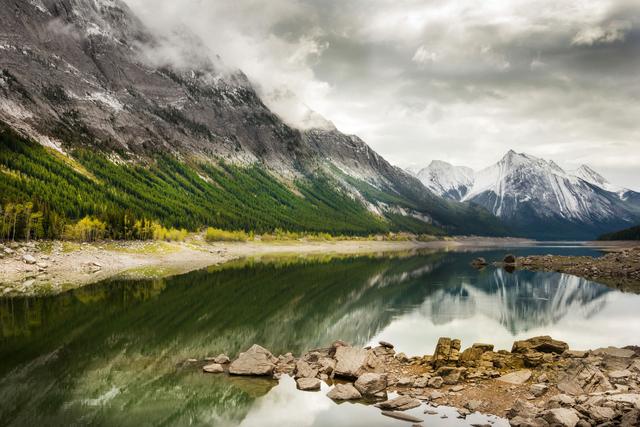 Medicine Lake im Jasper Nationalpark, Alberta, Kanada.