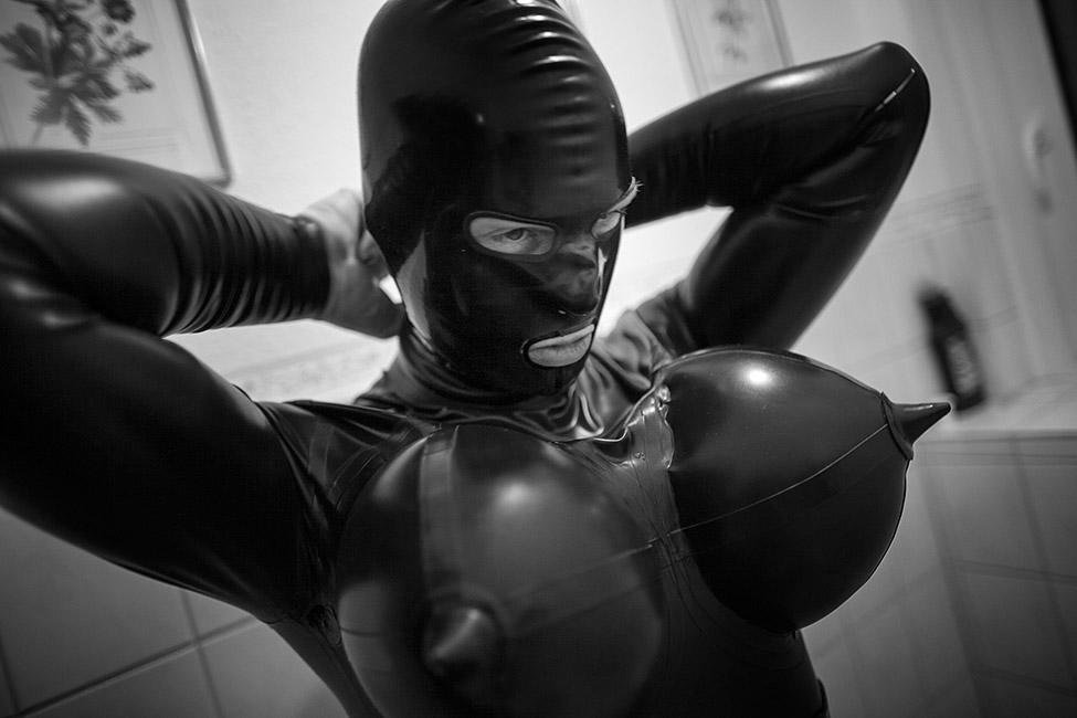 Sessions - Fetisch in Deutschland; Die zweite Haut aus Latex bietet vielen Fetischisten die Möglichkeit; sich in ihre Wunschwelt zu begeben und ihre Alltagssorgen zu vergessen.