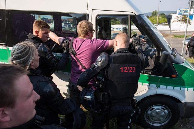 Die Polizei hat den Fotojournalisten Nick Jaussi »festgesetzt«, nachdem er die Mehrzweckschusswaffe eines Beamten fotografiert hat…
