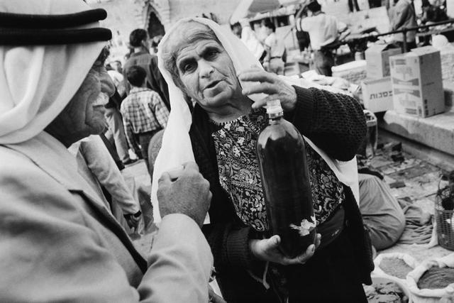 Am Damaskustor der Altstadtmauer verkaufen Beduinen Gemüse, Kräuter, Öle und andere Produkte.