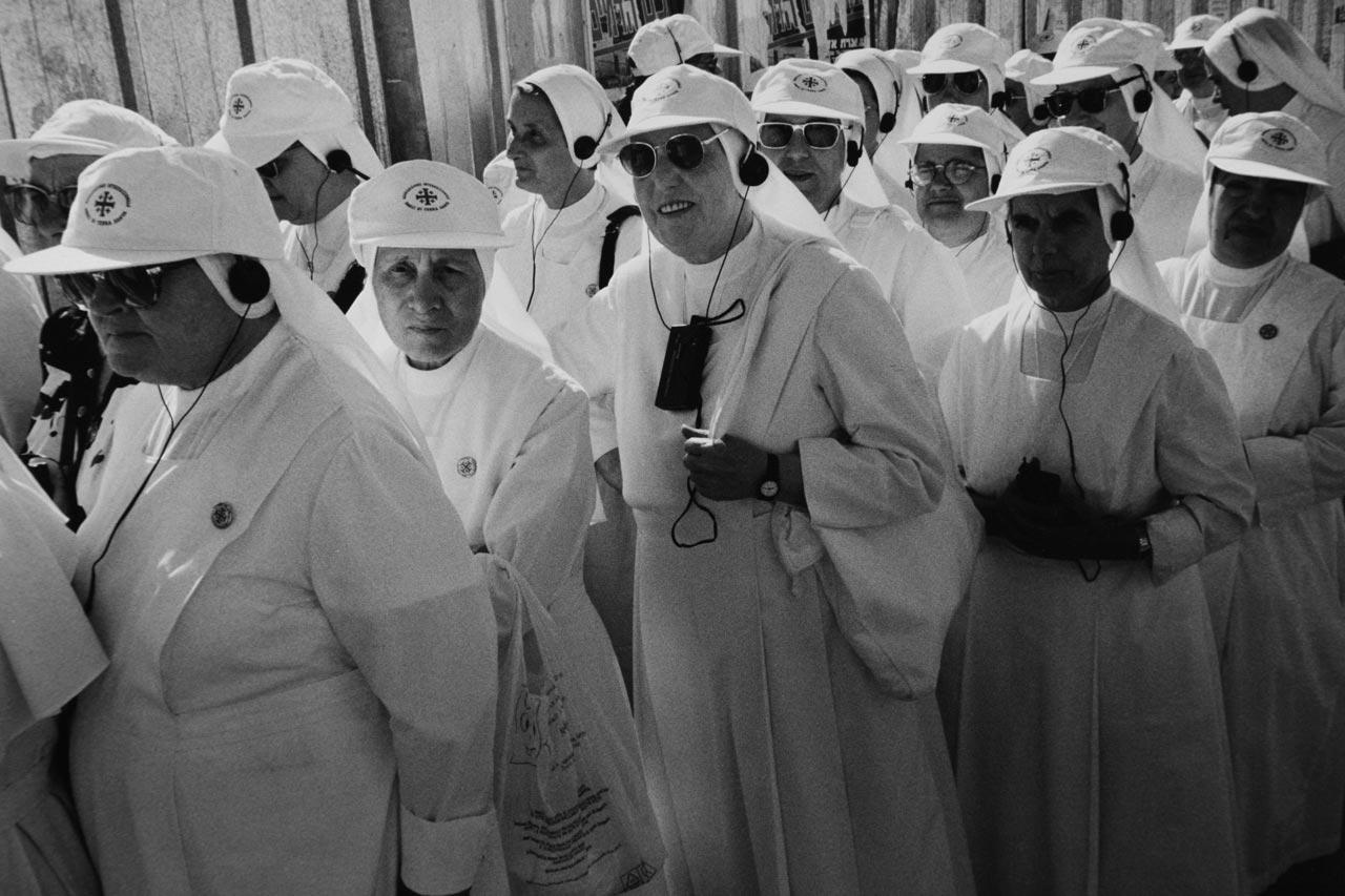 Eine Gruppe Ordensschwestern wartet auf den Einlass zum Tempelberg.