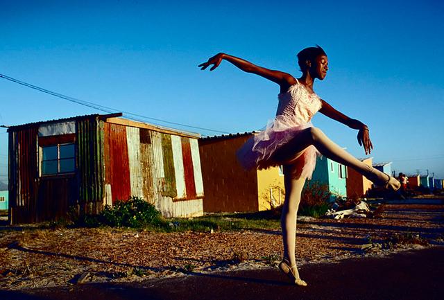 Noluyanda Mqutwana übt vor ihrem Haus in Khayelitsha, einem der größten Townships Südafrikas am Stadtrand von Kapstadt.