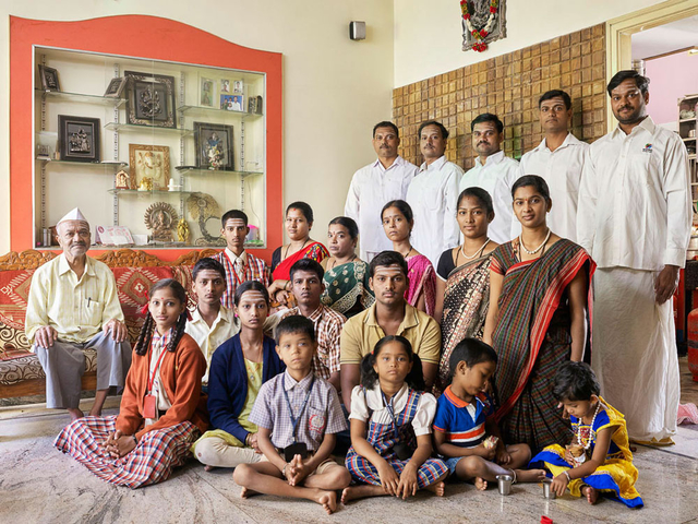 Aus der Serie »Family Comes First – Großfamilienporträts in Bangalore, Indien« – nominiert in der Kategorie Porträt.
