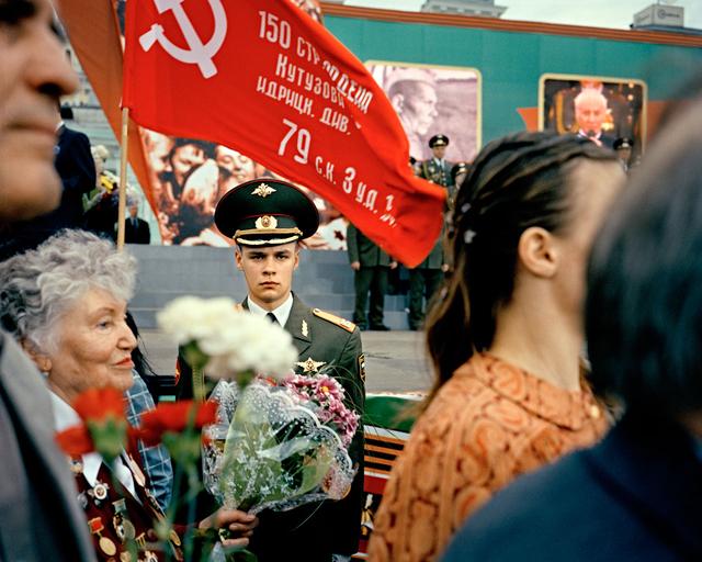 Veteranen und junge Soldaten am Weißrussischen Bahnhof anlässlich des 60. Jahrestages des Endes des 2. Weltkriegs in Europa, Moskau, 2005.