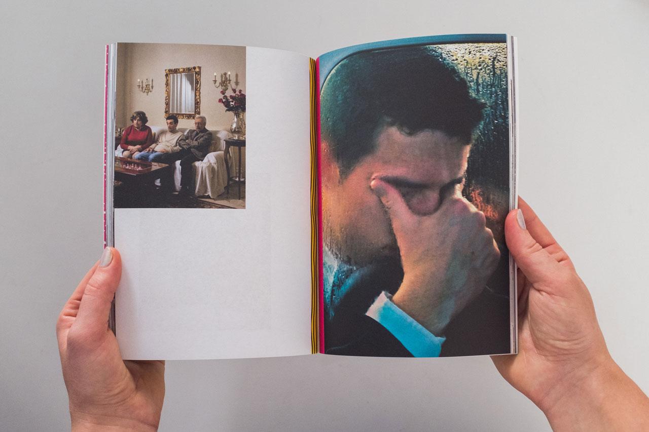 FotoDoks versucht, zu jedem Festival eine experimentelle Publikation zu schaffen, die gerne durchgeblättert, gelesen, angeschaut und auch gesammelt wird. Hier ein Blick in den Katalog von 2011. Foto: FotoDoks
