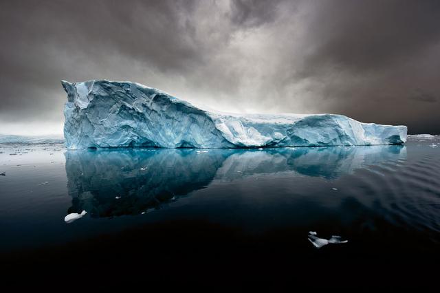 Tafeleisberg in einer Bucht der Antarktischen Halbinsel.