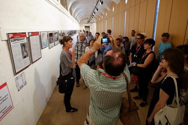 Die kanadische Fotojournalistin Adrienne Surprenant führt durch ihre Ausstellung »The Future Nicaragua Canal«. Die Festivalbesucher erfahren gerne mehr über die Hintergründe zur Entstehung der ausgestellten Reportagen.