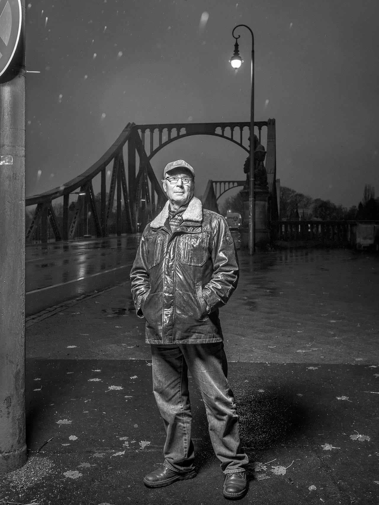 Eberhard Fätkenheuer, 69, ehemaliger CIA-Agent in der DDR, an der Glienicker Brücke, wo er am 11. Juni 1985 mit weiteren 22 Inhaftierten der DDR ausgetauscht wurde.