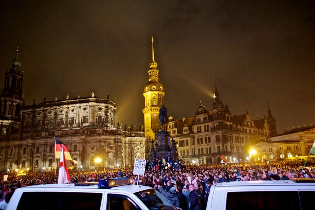 19. Oktober 2015: Pegida feiert sich in Dresden selbst. Die Polizei bleibt am Rand des Geschehens.