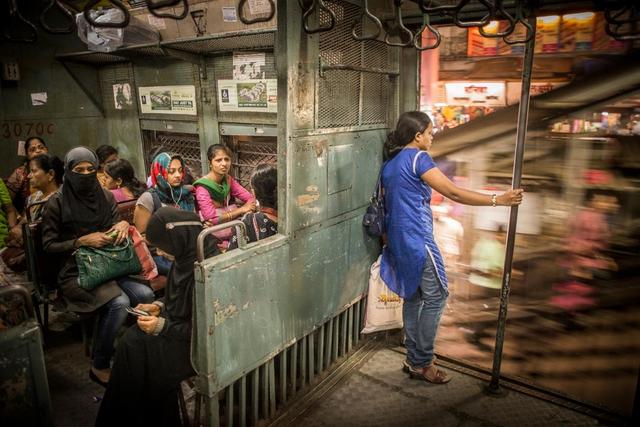 In den Nahverkehrszügen Mumbais gibt es abgetrennte Abteile für Frauen, um sexuelle Belästigungen einzudämmen.