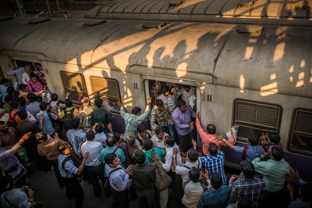 Die Nahverkehrszüge Mumbais werden täglich von über 7,5 Millionen Menschen genutzt. Damit ist es das geschäftigste Nahverkehrsnetz der Welt.