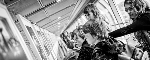 Claire Winkler zeigt Schülern der 5. Klasse der Fotografie-AG des Gymnasiums Barsinghausen auf dem Lumix Festival 2012 ausgewählte Arbeiten.