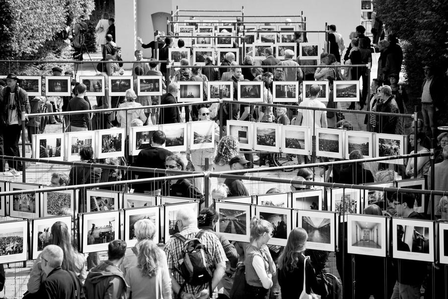 Besucher auf dem Ausstellungsgelände des 4. Lumix Festivals 2014 in Hannover.