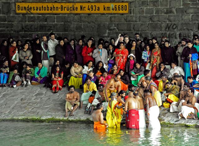 Hindu-Priester Arumugam Paskaran (vorne, 2. v.l.) am 31. Mai 2010 in Hamm-Uentrop in Nordrhein-Westfalen zusammen mit Gläubigen und Gästen im Hamm-Dattel-Kanal. Eine Prozession zum Kanal und rituelle Waschungen bilden den Abschluss des 5. traditionellen Jahresfestes rund um Europas größten Hindutempel. Hamm gilt als Zentrum und Heimat des Exil-Hinduismus.