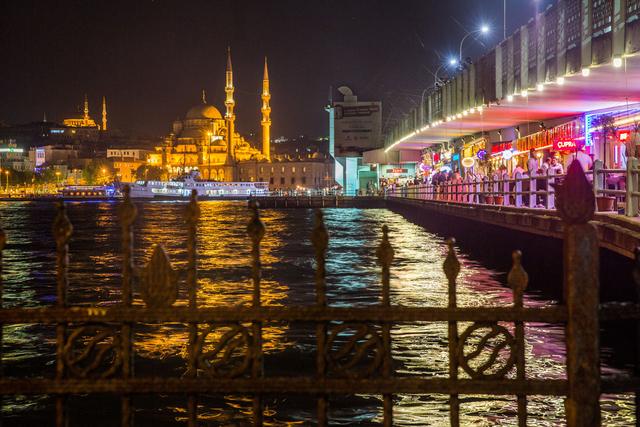 Abendlicher Blick über das Goldene Horn sowie die Galata-Brücke. Im Hintergrund ist die Yeni Cami, Neue Moschee, zu sehen.