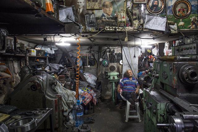 Mittagspause in einer Metallwerkstatt (Schiffsausrüsterviertel).