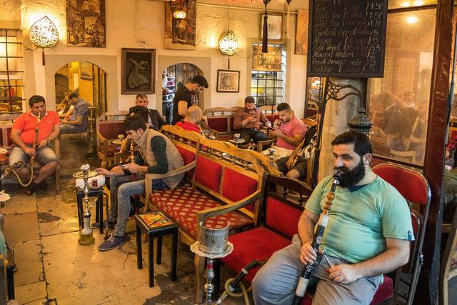 Shisha-Bar im Hof einer ehemaligen Koranschule unweit des Großen Basars.