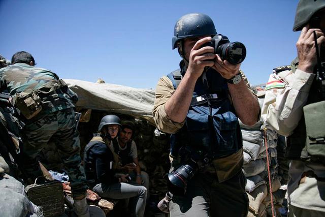 Die Berichterstattung aus Krisengebieten wird mittlerweile zu rund achtzig Prozent von freien Journalisten geleistet – oft auf eigene Kosten und eigenes Risiko. »War Zone Freelance Exhibition 2016« hat sich zum Ziel gesetzt, ein Bewusstsein für diese Problematik zu schaffen.