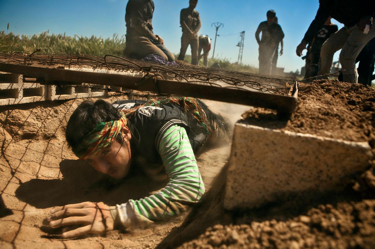 Selten wird darüber nachgedacht, wer hinter den Fotos steckt, die aus Kriegsgebieten berichten, so wie hier aus einem geheimen Trainingscamp der kurdischen YPG im Norden Syriens. Foto: Jeffry Ruigendijk