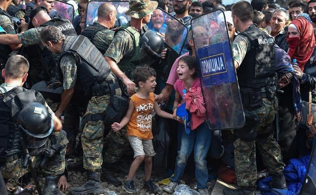 Das UNICEF-Foto des Jahres stammt von dem mazedonischen Fotografen Georgi Licovski und zeigt die schiere Verzweiflung von Flüchtlingskindern an der griechisch-mazedonischen Grenze im August 2015.