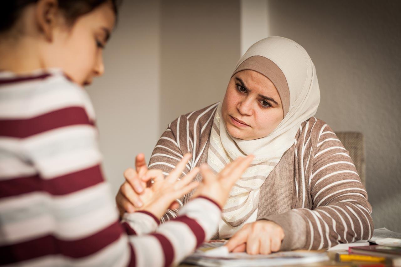 Familie Masri ist vor einem Jahr aus Syrien über das Bundesaufnahmeprogramm nach Deutschland gekommen. Gesche Jäger begleitete sie in ihrem Alltag, der geprägt ist vom Lernen und Beten.