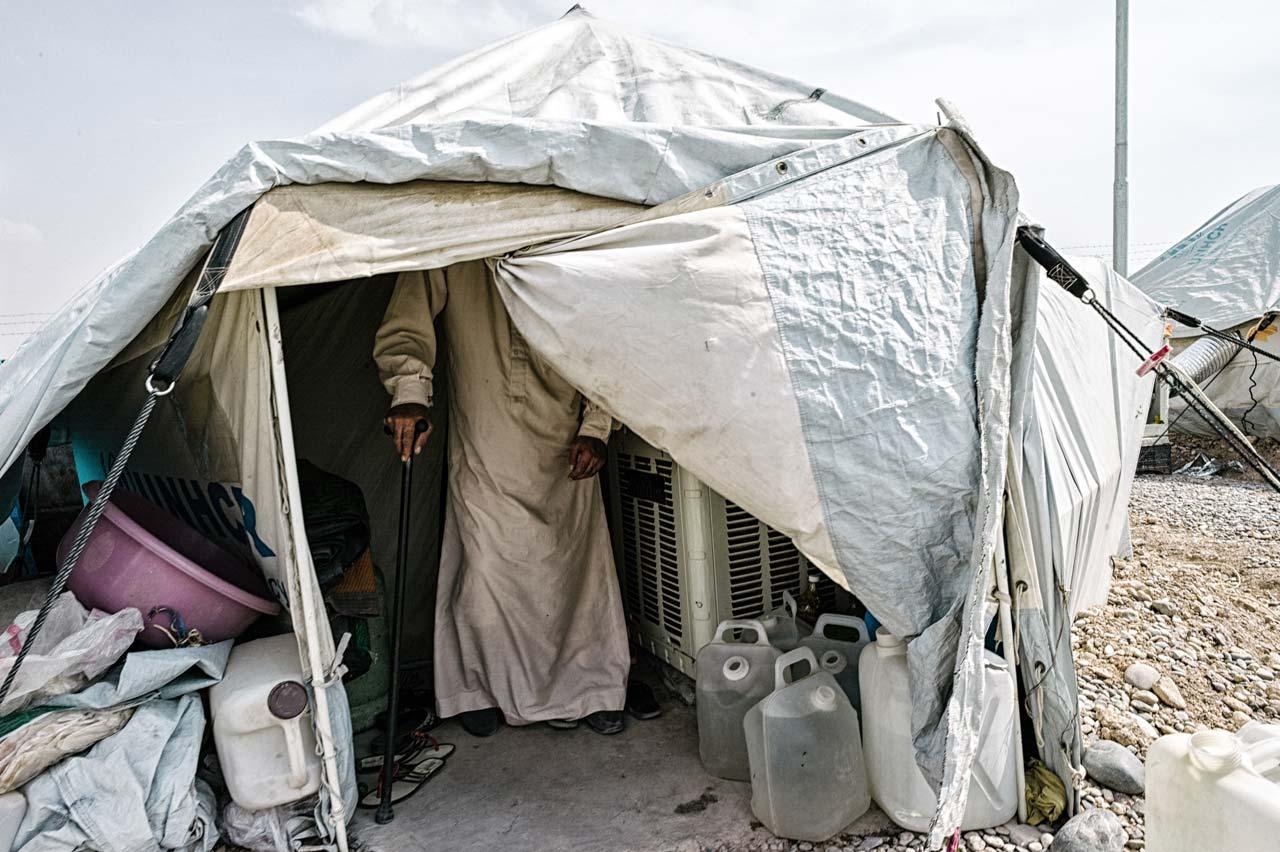 Felix Kleymann begab sich mit seinem Projekt »Escaping Death« mit syrischen Flüchtlingen auf den schwierigen Weg nach Europa. Hier der Blick auf ein Zelt im Flüchtlingslager Kuschtapa in der Nähe von Erbil im Irak. In den Zelten leben bis zu zwölf Personen – es fehlt nicht nur an Privatsphäre sondern auch an Schutz gegen die Kälte im Winter.