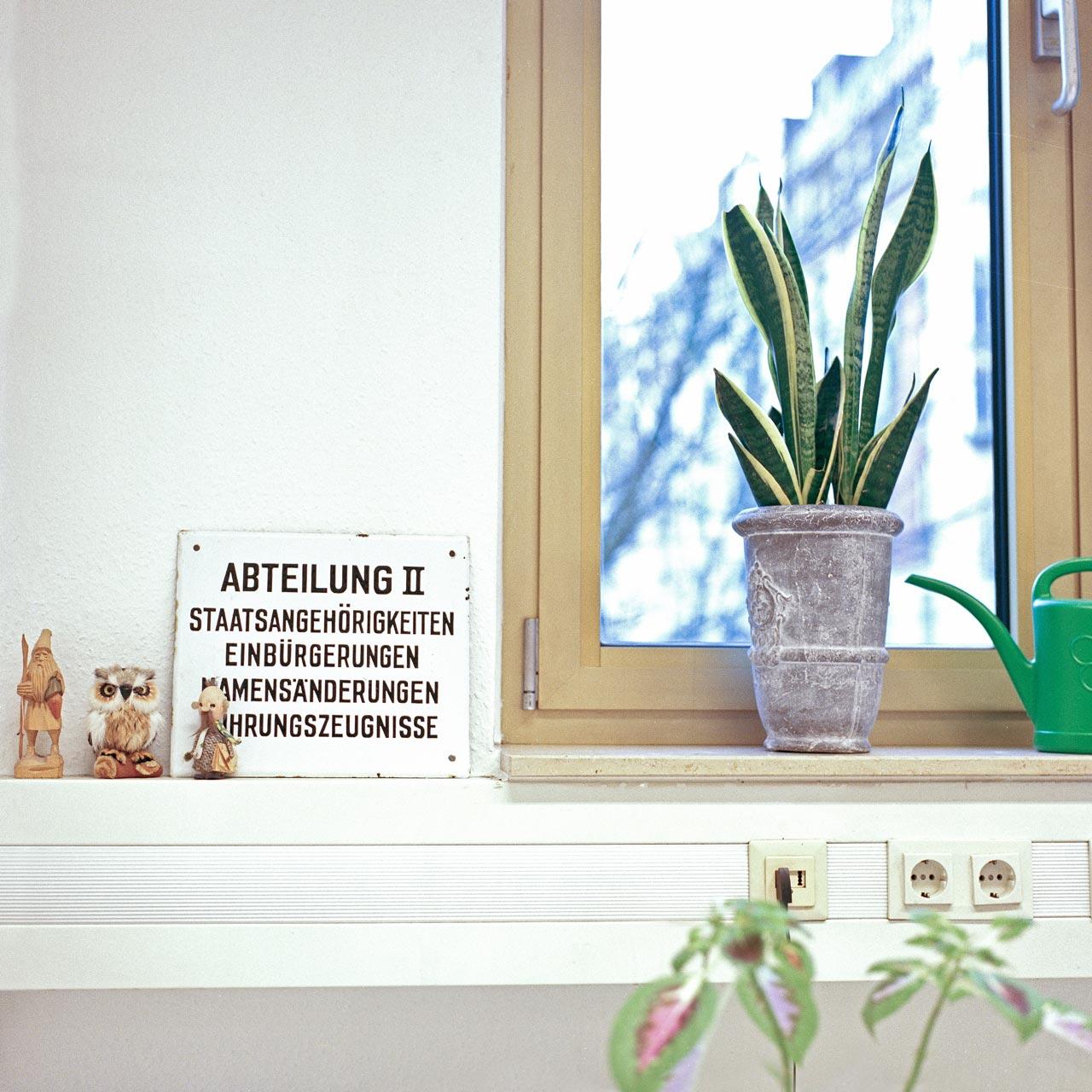 In der Serie »Between« beschäftigt sich Zino Peterek mit institutionellen Behörden. Die Menschen auf der Suche nach einem neuen Zuhause werden in diesen »Funktionsräumen« oft zum ersten Mal mit den Formalitäten des gesellschaftlichen Lebens »unserer Heimat« konfrontiert.