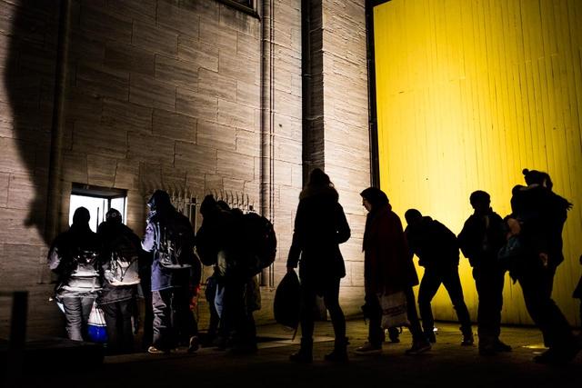 Philipp Reiss begleitete Geflüchtete, die auf ihrer Durchreise in Hamburg stranden und über Nacht in Notunterkünften untergebracht werden. Auch die Hamburger Kunsthalle lässt dabei die Menschen nicht im Regen stehen.