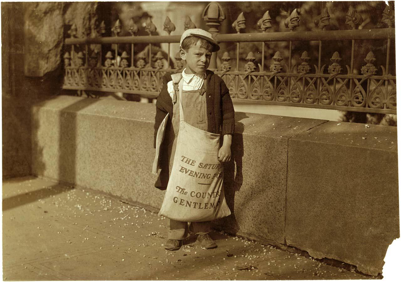 Lewis Hine hatte Anfang des 20. Jahrhunderts beim Kampf gegen die Kinderarbeit auch ohne »Model Release« schon genug Hindernisse zu überwinden, um die furchtbaren Zustände in den USA zu dokumentieren. Auch wenn es erst 1938 in den USA zu einer wirksamen Regelung gegen Kinderarbeit kam – Fotos wie dieses von dem 5-6 Jahre alten Zeitungsjungen Freddie Kafer in Sacramento aus dem Jahr 1915 haben dazu beigetragen, das Thema öffentlich zu machen. Foto: Lewis Hine