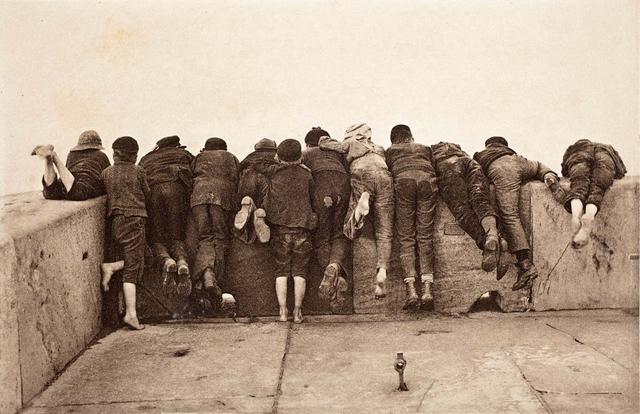 Als hätte der englische Fotograf Francis Meadow Sutcliffe schon 1890 an eventuelle Probleme mit den Persönlichkeitsrechten gedacht, als er die neugierigen Jungs nur von hinten fotografierte.