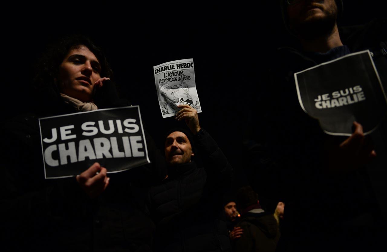 Liebe ist stärker als Hass. Spontane Solidaritätsbekundungen vor der französischen Botschaft in Berlin nach dem Anschlag auf das Satire-Magazin Charlie Hebdo im Januar 2015. Foto: John MacDougall
