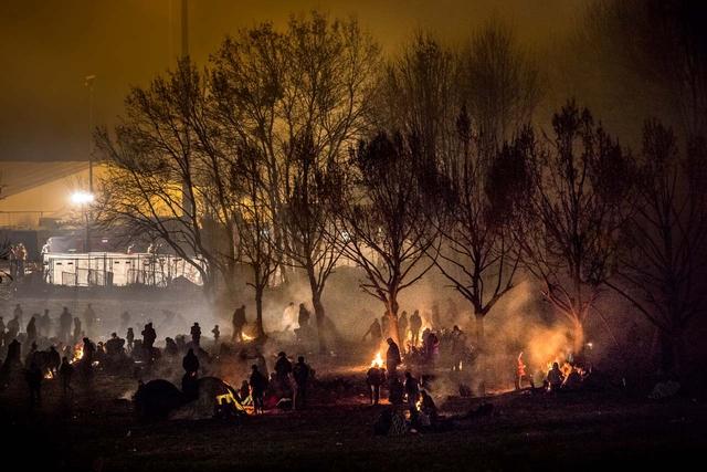 Geflüchtete warten am Grenzübergang bei Šentilj, Slowenien im sogenannten Niemandsland, um nach Spielfeld, Österreich eingelassen zu werden.