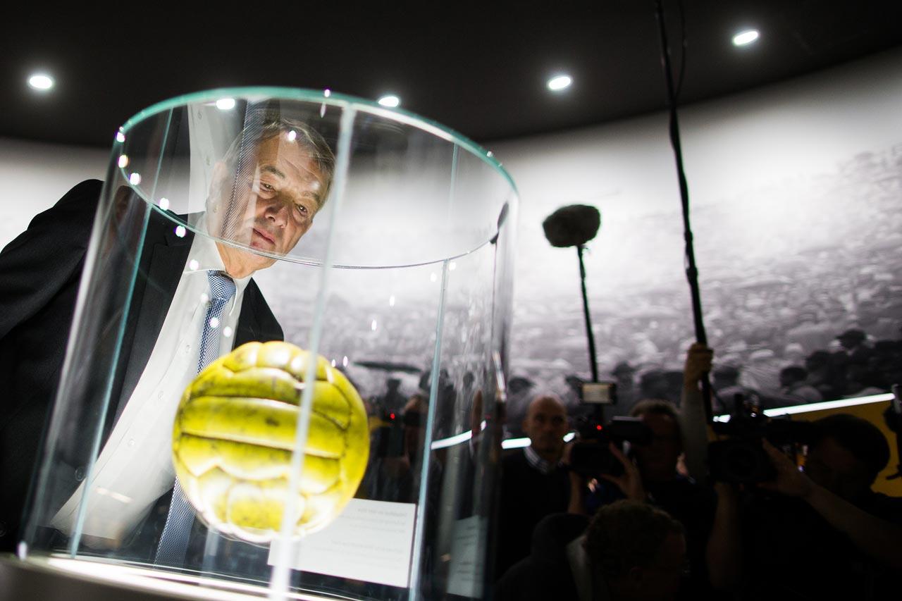 DFB-Präsident Wolfgang Niersbach blickt bei der Eröffnung des Deutschen Fussballmuseums in Dortmund im Oktober 2015 auf den Endspielball der Fussball-WM 1954. Kurze Zeit später ist er selbst Geschichte…
