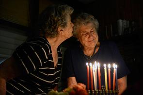 Die Zwillingsschwestern Regina und Ruth Steinitz, die beide versteckt in Berlin überlebten, beim Anzünden des Hanukkah Leuchters in Tel Aviv.
