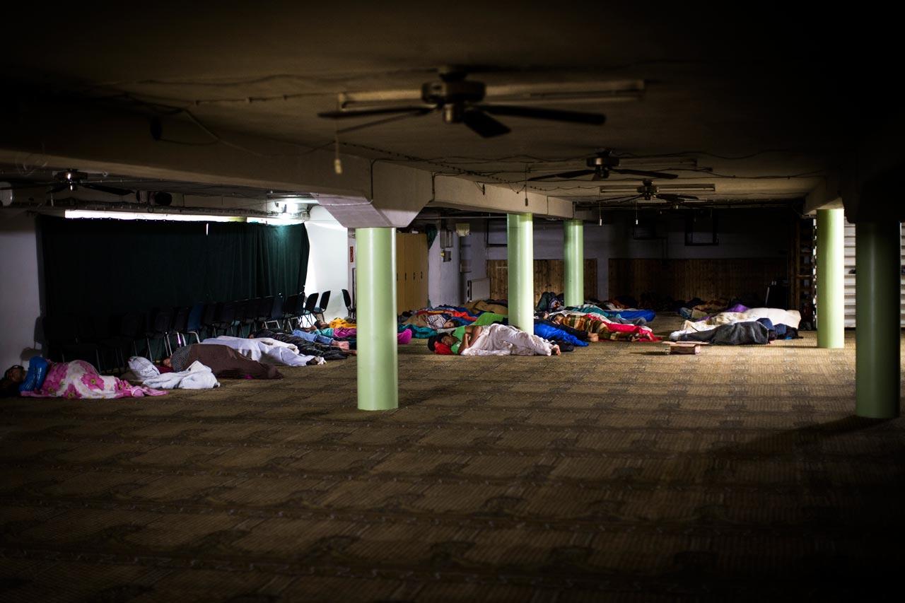 Das Nachtlager im Gebetsraum der Al-Nour Moschee ist zwar improvisiert – aber es bietet den Flüchtlingen die Möglichkeit, sich ein wenig von den Reisestrapazen erholen, bevor sie sich auf ihren weiteren Weg machen.