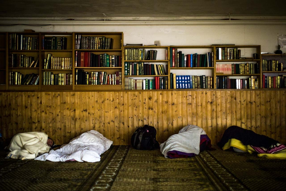 Der Gebetsraum der Al-Nour Moschee wird als Notunterkunft für die Nacht umgenutzt. Am Eingang bekommt jeder eine Decke und sucht sich dann einen Platz auf dem Gebetsteppich.