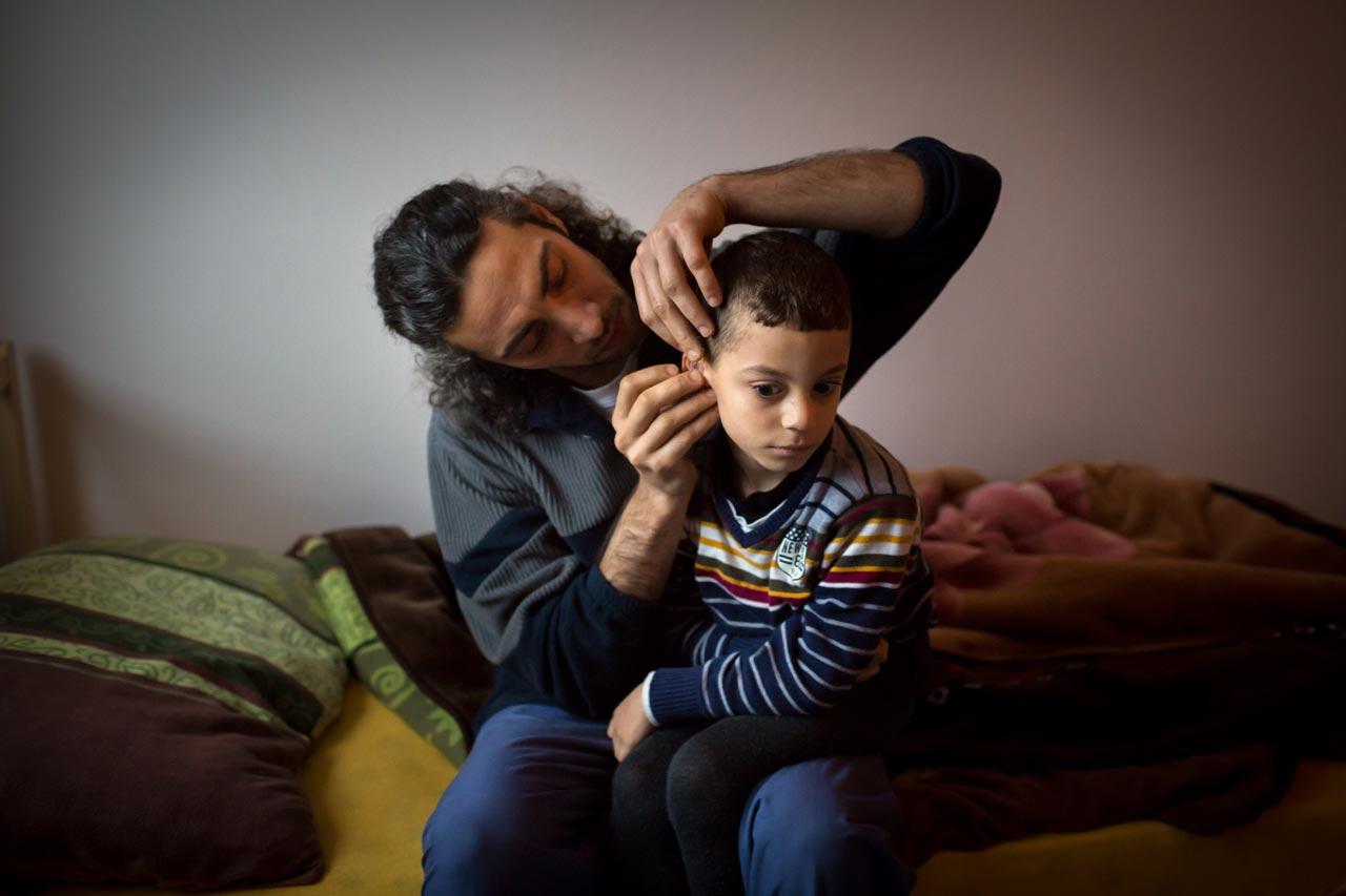Bei seiner Geburt war Abdullah nahezu gehörlos. Nach einer Operation hier und mit neuen Hörgeräten erlangte er bis zu 90 Prozent seiner Hörkraft zurück. Die Hörgeräte müssen jeden Morgen in den Ohren befestigt werden. Ahmad Khawam hilft seinem Sohn dabei.