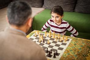Lilian mit ihrem Vater Ayman beim Schach. Das Schachspielen stellt eine Abwechslung zum immer gleichen Alltag aus Schule, Lernen und Jobsuche dar. »Machmal schaue ich meinem Vater zu, wie er am Computer Schach spielt. Dabei lerne ich immer etwas«, erzählt die Tochter.