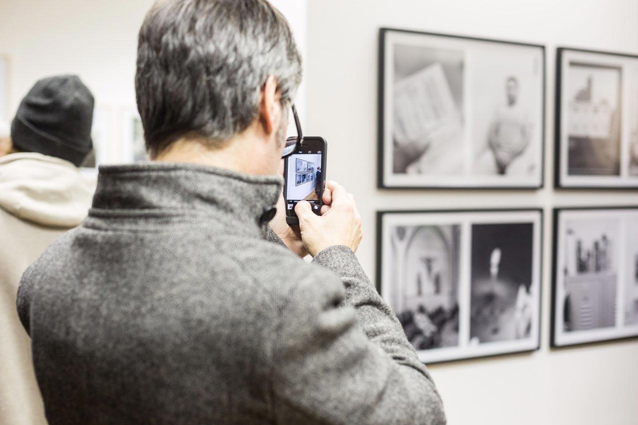 Der Hamburger Fotograf Lars Krüger vor seiner Serie »Ein ganz normaler Tag im Leben von Kazem H.«.