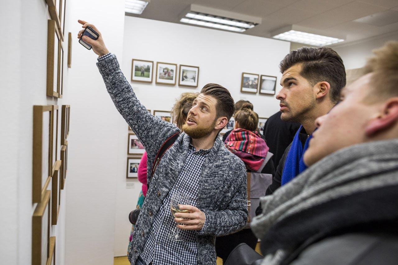 Zino Peterek erläutert etwas zu seiner ausgestellten Fotoserie »Between«.