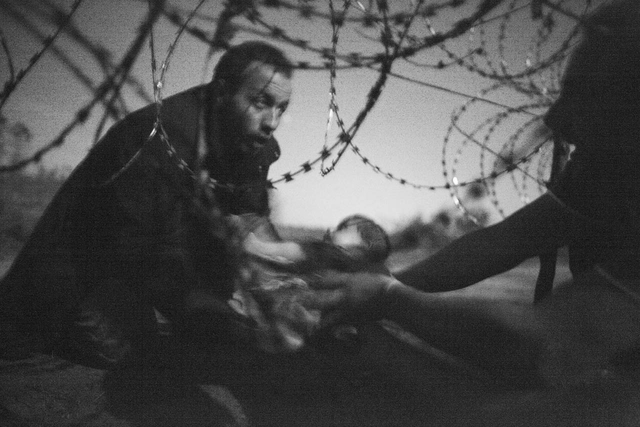 Das »World Press Photo of the Year 2015« stammt von dem freien Fotojournalisten Warren Richardson aus Australien.