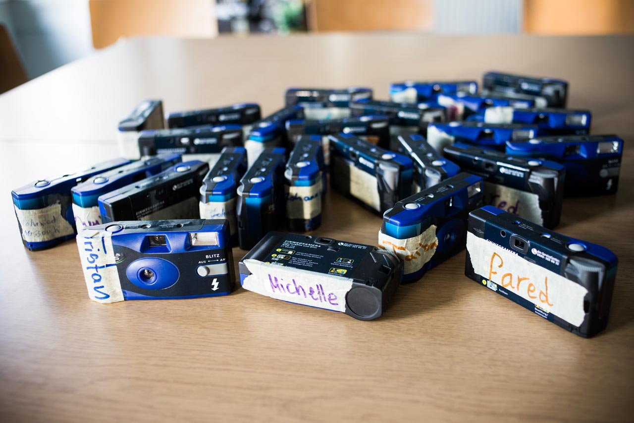 Mit Namen versehene Einwegkameras der Workshopteilnehmer. Foto: Meine (neue) Welt
