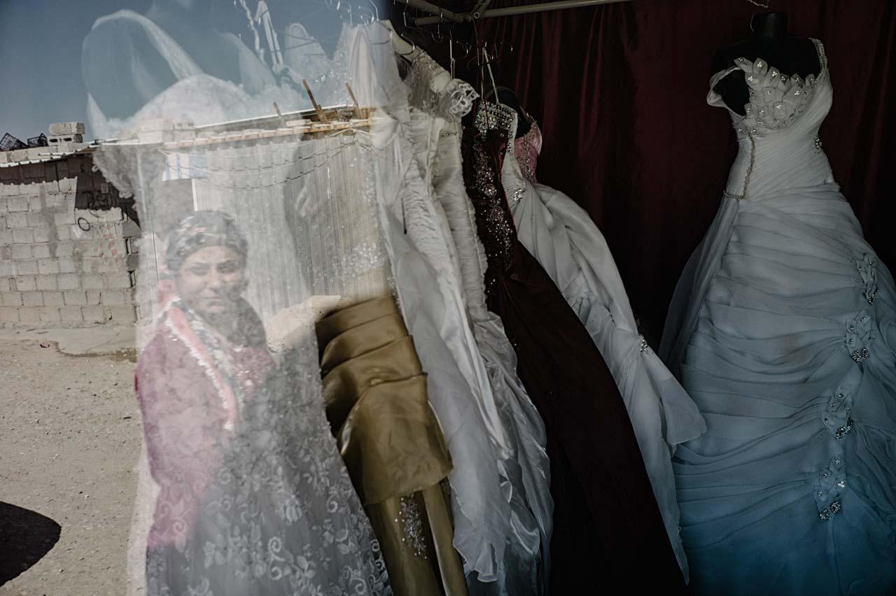 Ein Schaufenster mit Hochzeitskleidern im Flüchtlingslager Domiz im Nordirak. Auch inmitten des Elends versuchen die Menschen, die Normalität aufrecht zu erhalten. Foto: Felix Kleymann