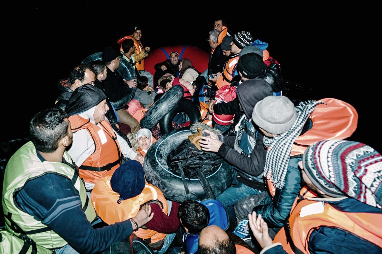 Während der riskanten Überfahrt von der Türkei nach Griechenland ist die Stimmung auf den überfüllten Booten extrem angespannt. Foto: Felix Kleymann