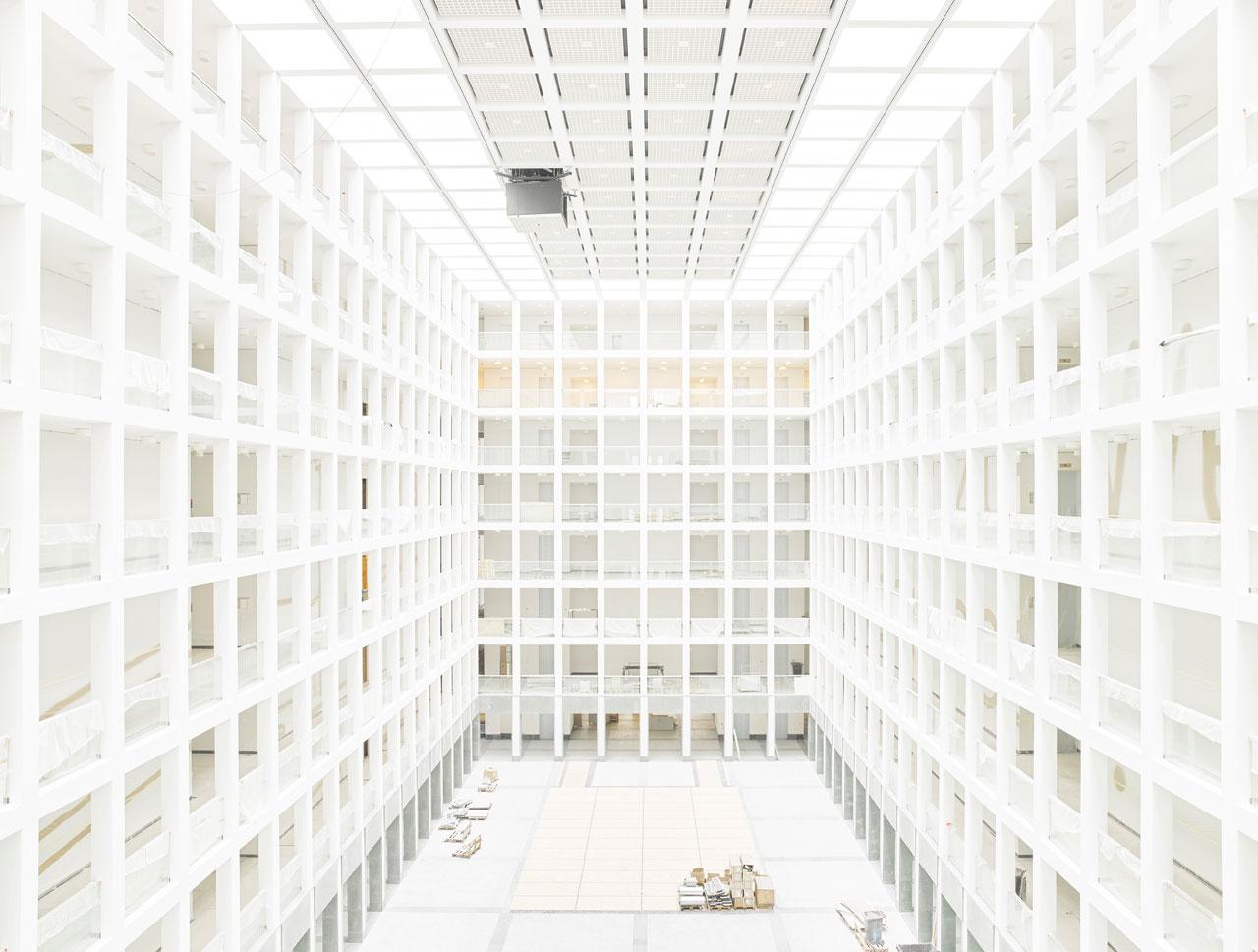 Neue BND-Zentrale in Berlin. Innenansicht eines der drei riesigen Atrien im Zentralgebäude. Anhand kleiner Details sieht man, dass die neue BND-Zentrale weder fertiggestellt noch bezogen ist.