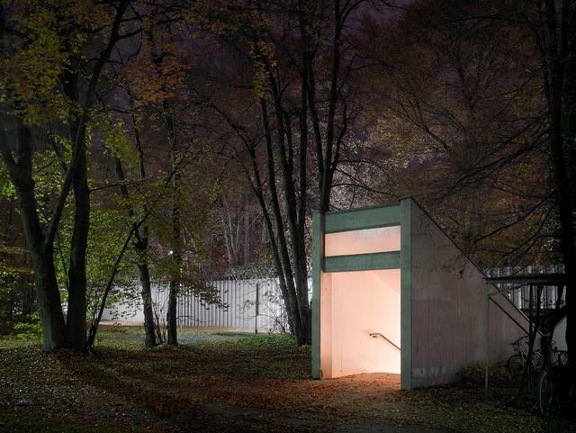 BND-Zentrale in Pullach – Eingang zum Fußgängertunnel, der altes und neues Geländeteil verbindet. Die BND-Mitarbeiter müssen somit nicht das Gelände verlassen, um auf den jeweils anderen Geländeteil zu gelangen.