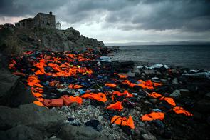Überbleibsel der gefährlichen Überfahrt von der Türkei nach Griechenland: Rettungswesten, Schlauchboote und Schläuche aus Autoreifen.