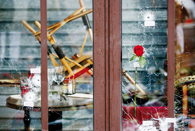 Nach der Terroranschlagsserie in Paris in der Nacht vom 13. auf den 14. November 2015: Einschusslöcher an einem Café in der Rue de la Fontaine-au-Roi in Paris.