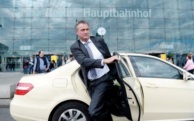 Claus Weselsky, Vorsitzender der Lokführergewerkschaft GDL, vor dem Hauptbahnhof in Berlin.