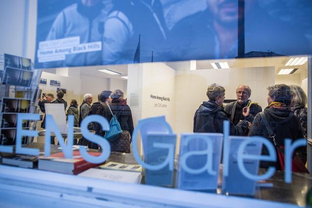Eröffnung der Ausstellung »Home Among Black Hills« von Jens Olof Lasthein in der FREELENS Galerie.